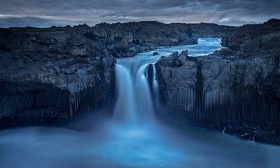 冰岛北部内陆景观中的Aldeyjarfoss瀑布