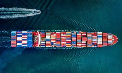 加利福尼亚州的一艘集装箱船