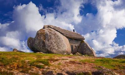 镶嵌在巨石之间的石屋
