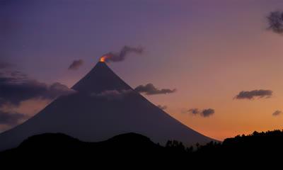 菲律宾马荣山的火山口冒烟